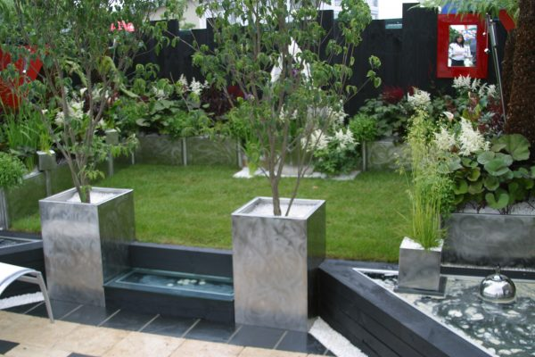 Bespoke planters make the transition from one level to another particularly elegant